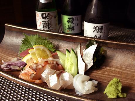 当日仕入れた旬の魚の刺身と日本酒