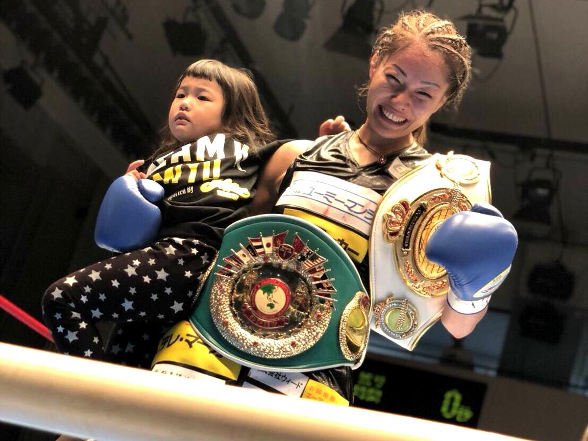 リング上で喜ぶ吉田実代さんと娘の実衣菜ちゃん