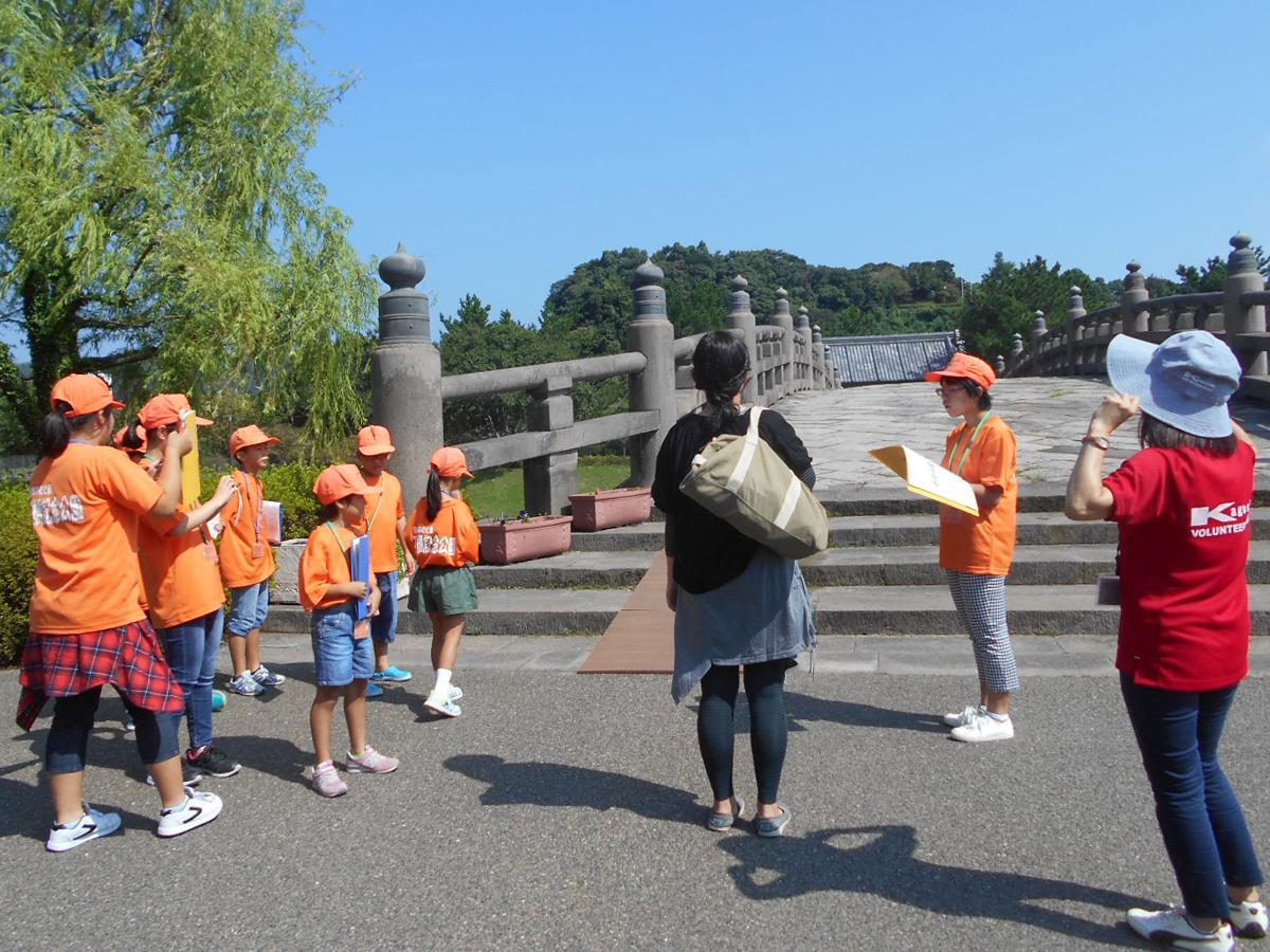 西田橋についてガイドをする子どもたちの様子