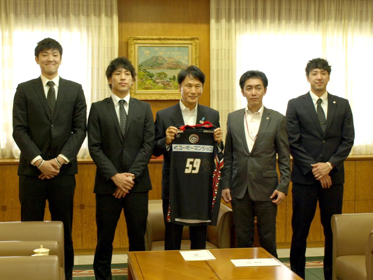 (左から)福田惟吹選手、玉田博人選手、三反園訓知事、小牧正英さん、松崎圭介選手