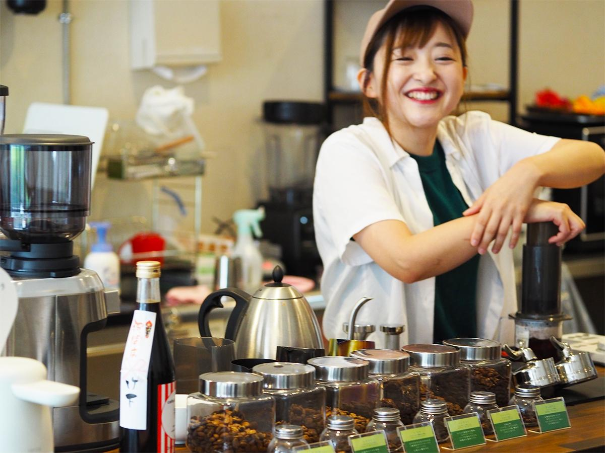 ひきたてのコーヒーを入れる立石さん