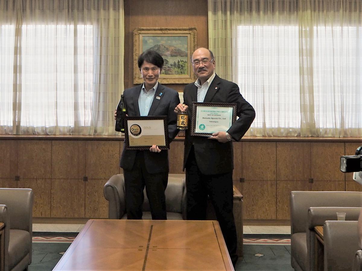 三反園訓知事(左)と濵田雄一郎社長(右)