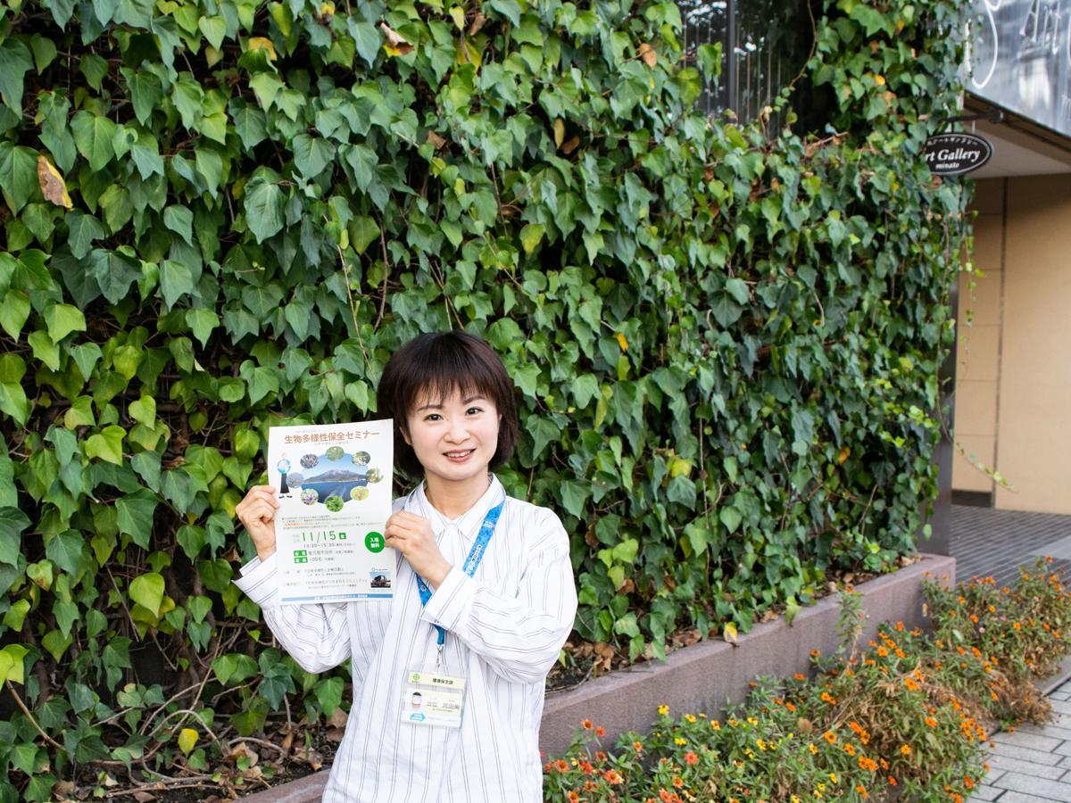 環境保全課の吉留真由美さん。壁面緑化を行う同市役所みなと大通り別館の前で