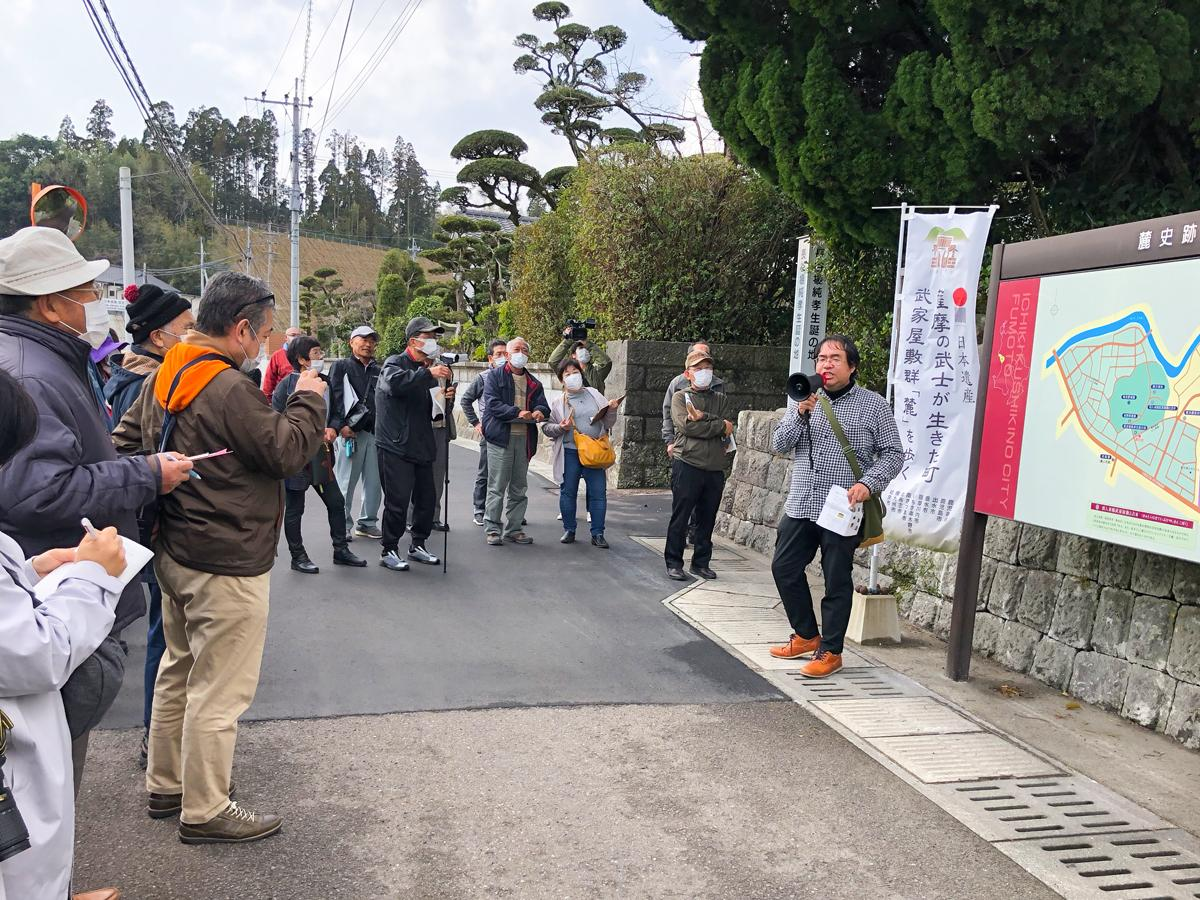 まち歩きの様子と案内役の東川隆太郎さん