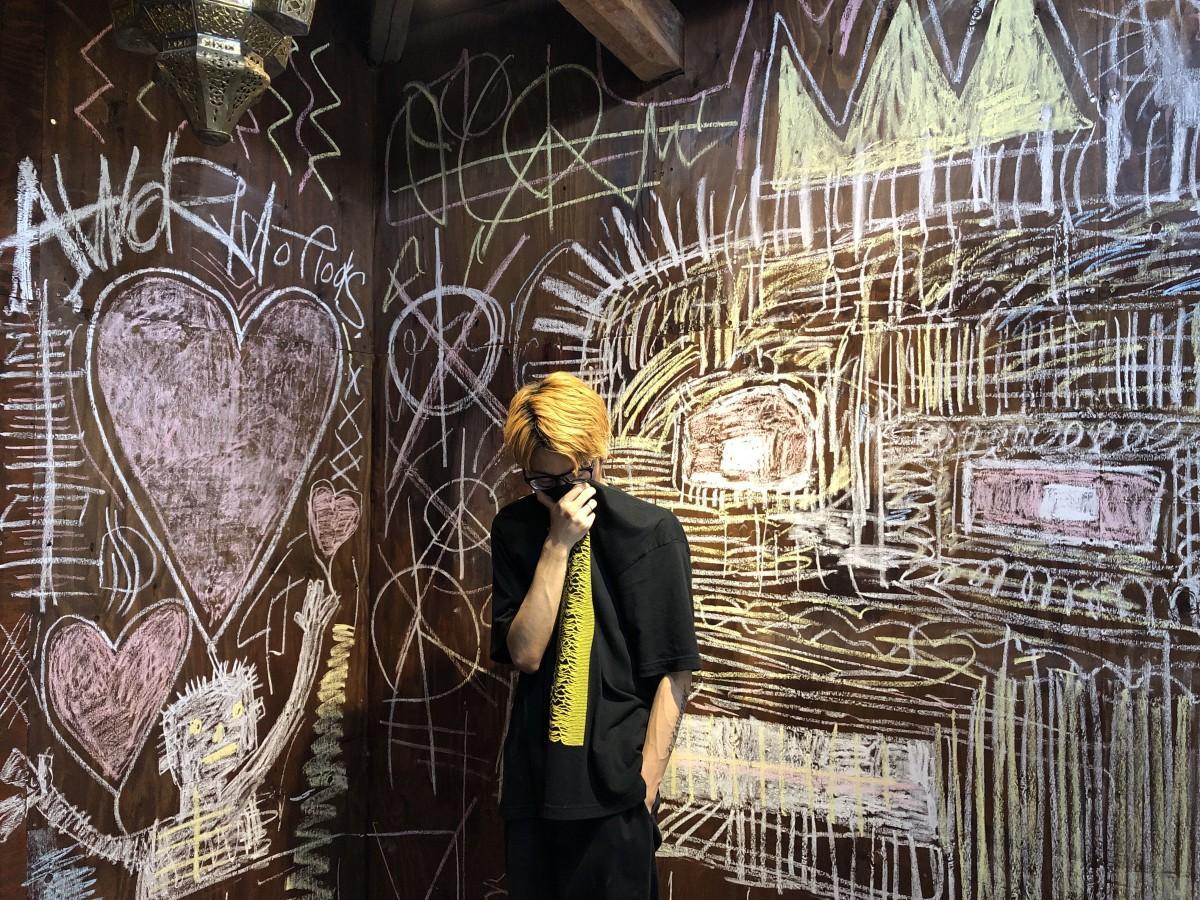 優耶YAMBASUさんと壁面のグラフィティ