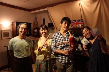アーティストを応援する紅茶店のオーナー岸本さんとアーティストら