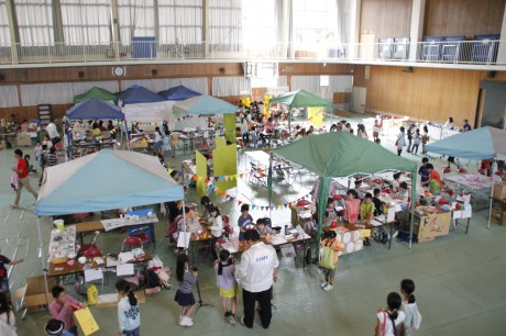 兵庫大学の体育館で子どもたちがまちを創りあげた