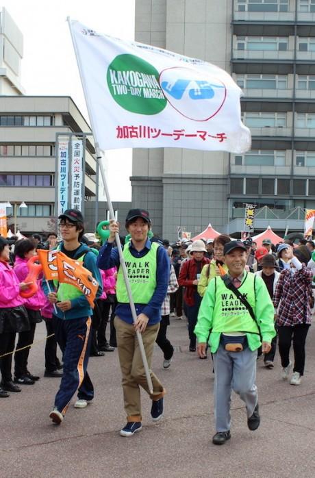 ウオーキングイベント「加古川ツーデーマーチ」で先導する様子(昨年開催時の写真)