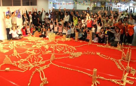 子どもらが完成させた「未来のまち」に盛り上がる参加者
