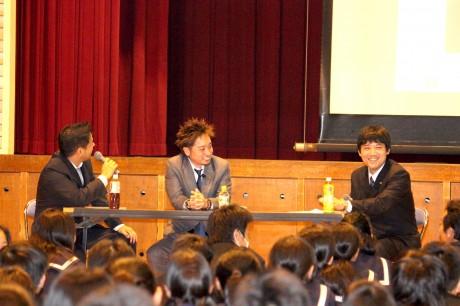 講演会で「夢をもつこと」の大切さを笑顔で語る3人