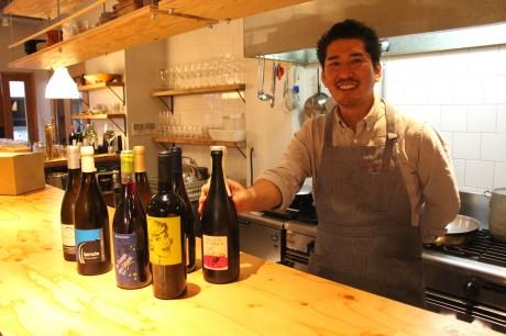 カウンターでワインを語る店主の溝口浩太郎さん