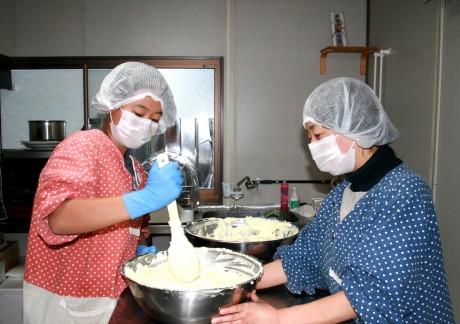 工房で母の千栄子さんと作業をする依和さん(左)