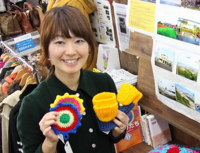 手作りのニット小物を持つ東加古川店店長の村崎恭子さん