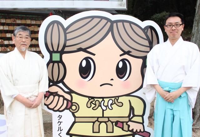 日岡神社の宮司(左)と關口さん(右)