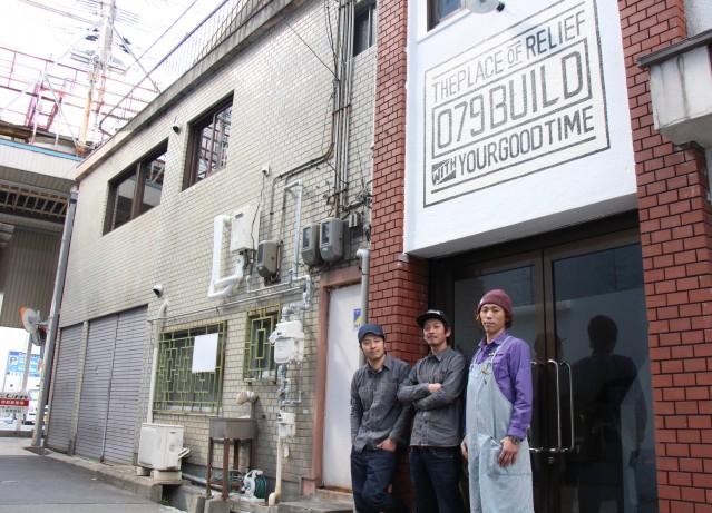 完成した店舗と「079 build」のメンバー