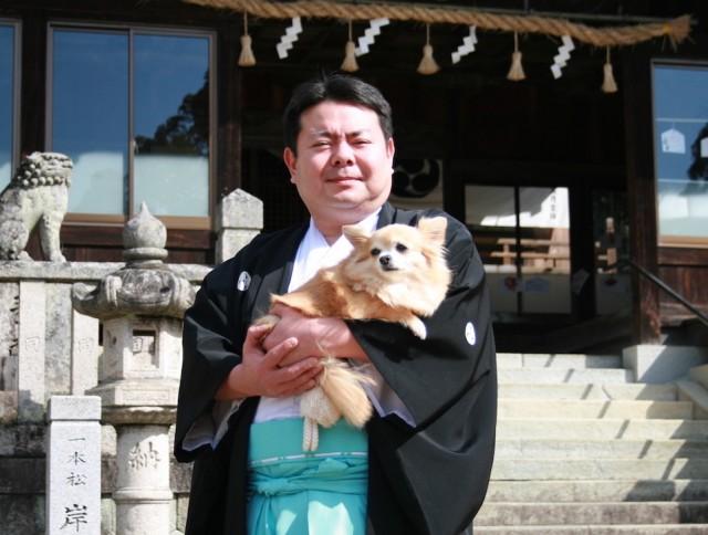 代表の大西荘平さんとポスターのモデル チワワのさくらちゃん