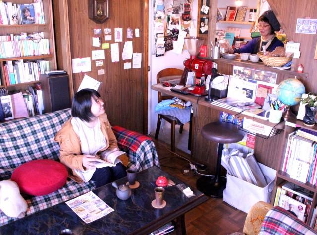 「ブックカフェされど…mini」の店内の様子(右 店主の朝山さん)