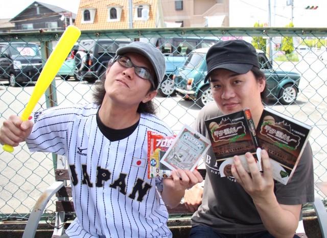 来場を呼び掛ける「ビストピア」店主の福井さん(右)とスタッフの松野さん(左)