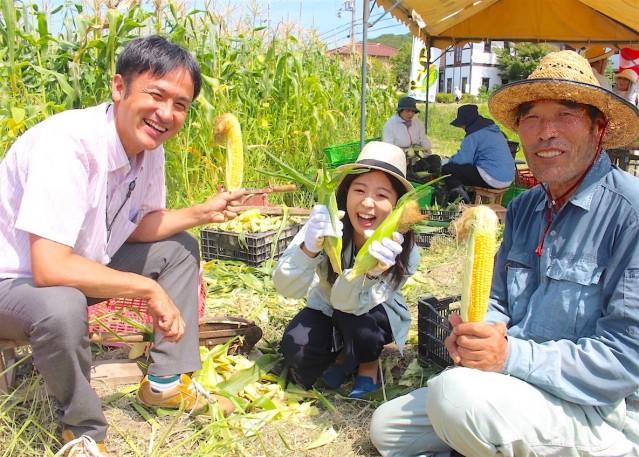 加古川市職員の田中康弘さんと白川七菜さん、生産者の井上正幸さんがPR