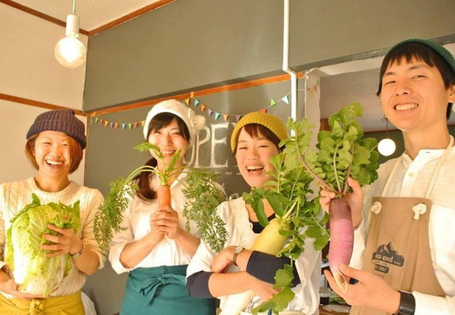育てた野菜と笑顔を見せる「tsunagirl」メンバーら