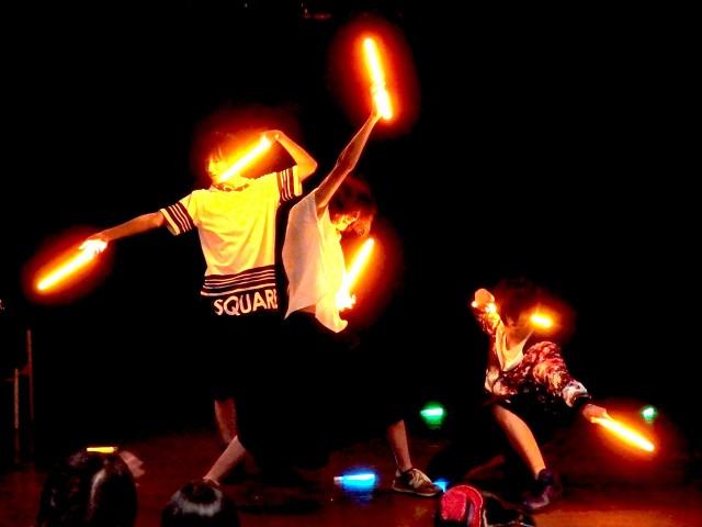 前回のイベントでのサイリウムダンスのパフォーマンス