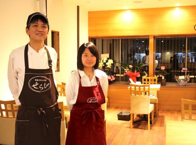 同店シェフの山本泰彦さん(左)とスタッフ
