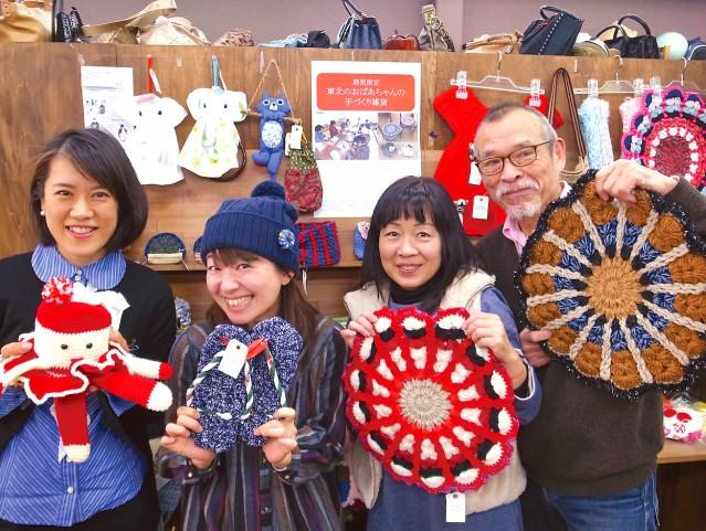 手作り雑貨をPRする「FREE HELP(フリーヘルプ)東加古川店」のスタッフ