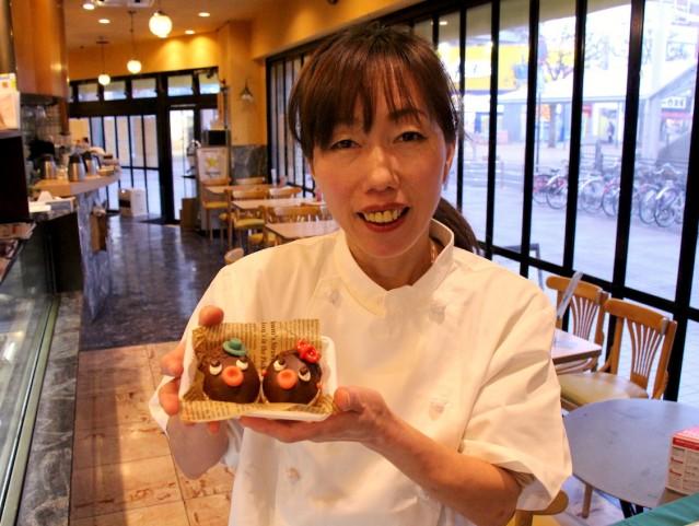 チョコレート菓子「べべ&ビビ」をPRするパティシエの上田圭子さん