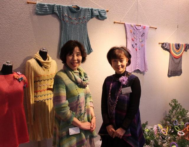 教室を主宰する長谷川明代さん(左)と猫田よしこさん(右)