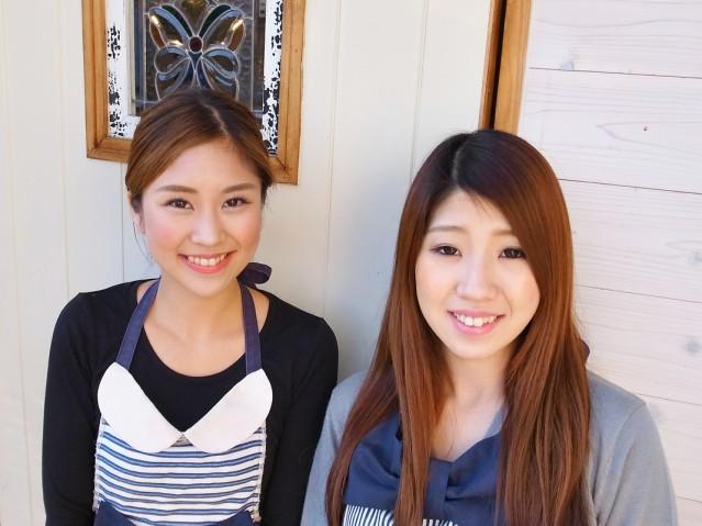 店主で長女の東田依真(えま)さん(左)と妹の小栗紗里(さり)さん(右)