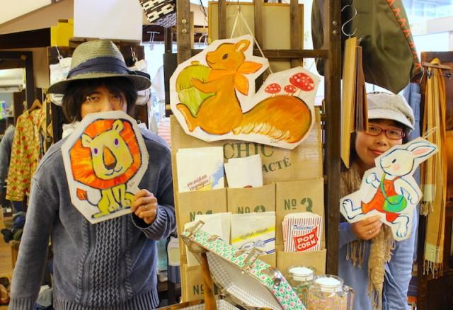 作品を紹介する高橋店長(左)と作家の有田ようこさん(右)
