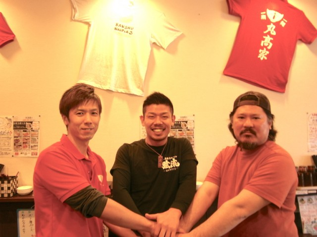 商品を開発した「べんてん屋」荒木純一さん(右)、「弦流」高松弦さん(中)、「丸高家」藤田恭平さん(左)