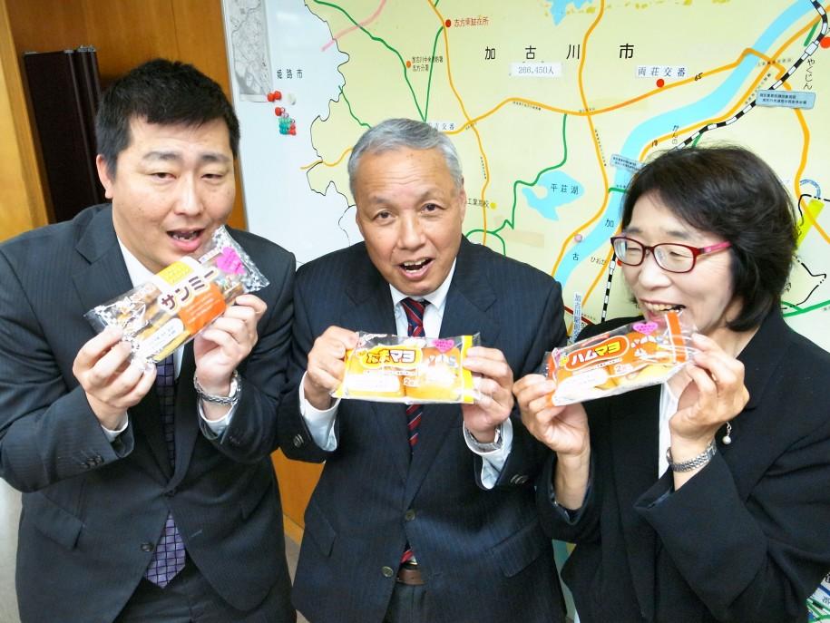 コラボパンをPRする井藤さん(左)とマルアイの井元さん(中央)と高松 さん(右)