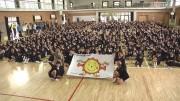 加古川・尾上小学校オリジナルキャラ「おのえSUN」が旗に 地元ケーブルテレビ局が寄贈