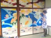 加古川出身の画家がライブ・ドローイング企画 ギャラリーのふすまに描画
