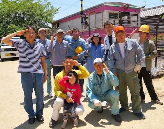車両周辺の清掃や窓枠の溶接作業などを行った参加メンバーたち