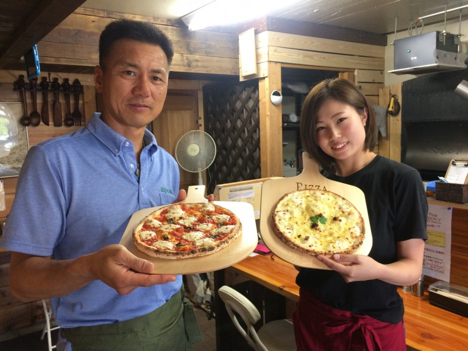 店主の中田幸好さん(左)と義娘の知夏さん(右)
