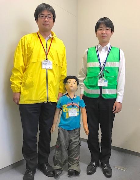 交通安全啓発を呼び掛ける三井尊文さん(左)・せいちゃん(中央)・荒田祐太さん(右)
