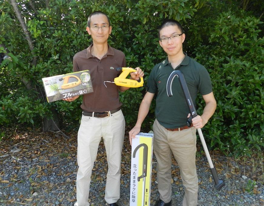新製品の除草バイブレーターを持つ岡本社長(左)、発案者の小笠原さん