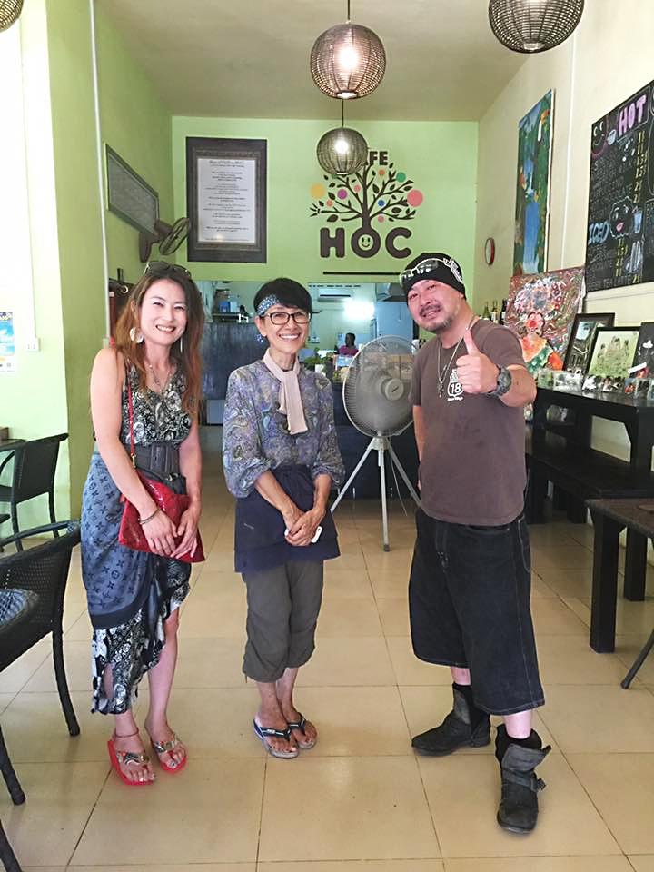 カンボジアに移住し支援をしている岩田亮子さん(中)と白矢公一さん夫妻