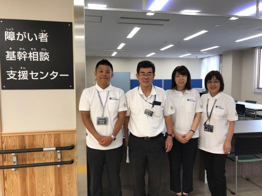 障がい者基幹支援センターの相談員(左から)笠井俊吾さん・福本和資さん・塩濵周郁さん・西川由美子さん