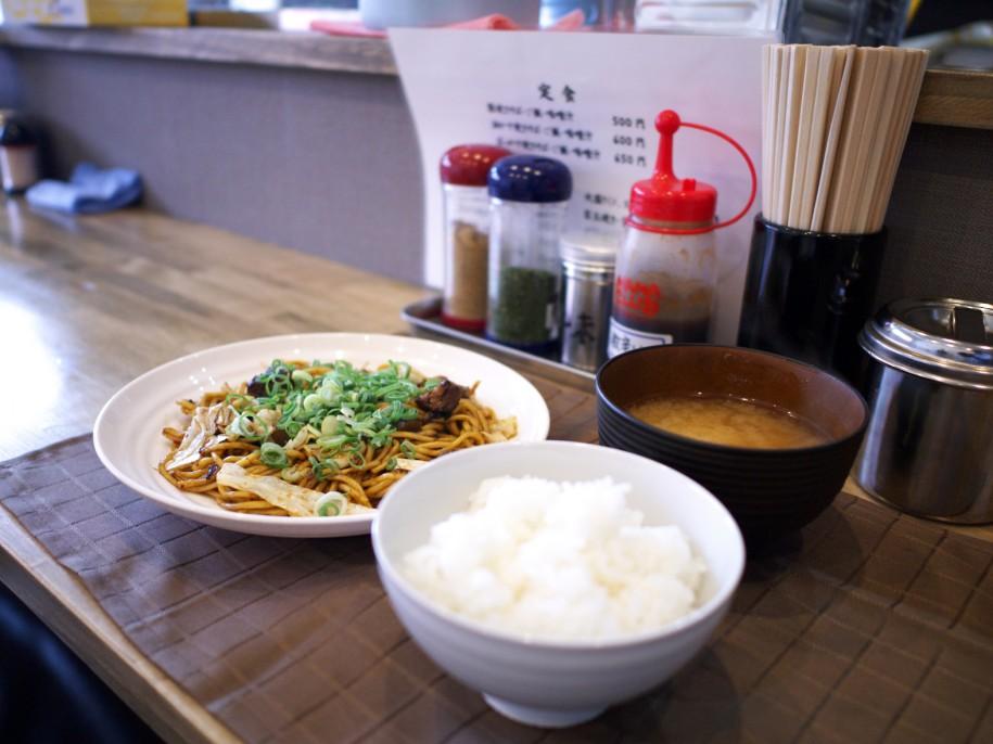 牛スジとこんにゃくを煮た「ぼっかけ焼きそば・ご飯・みそ汁」定食(650円)