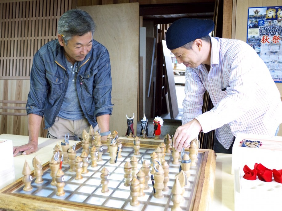 BUSYO-GIを指す織田さん(左)と菅さん(右)