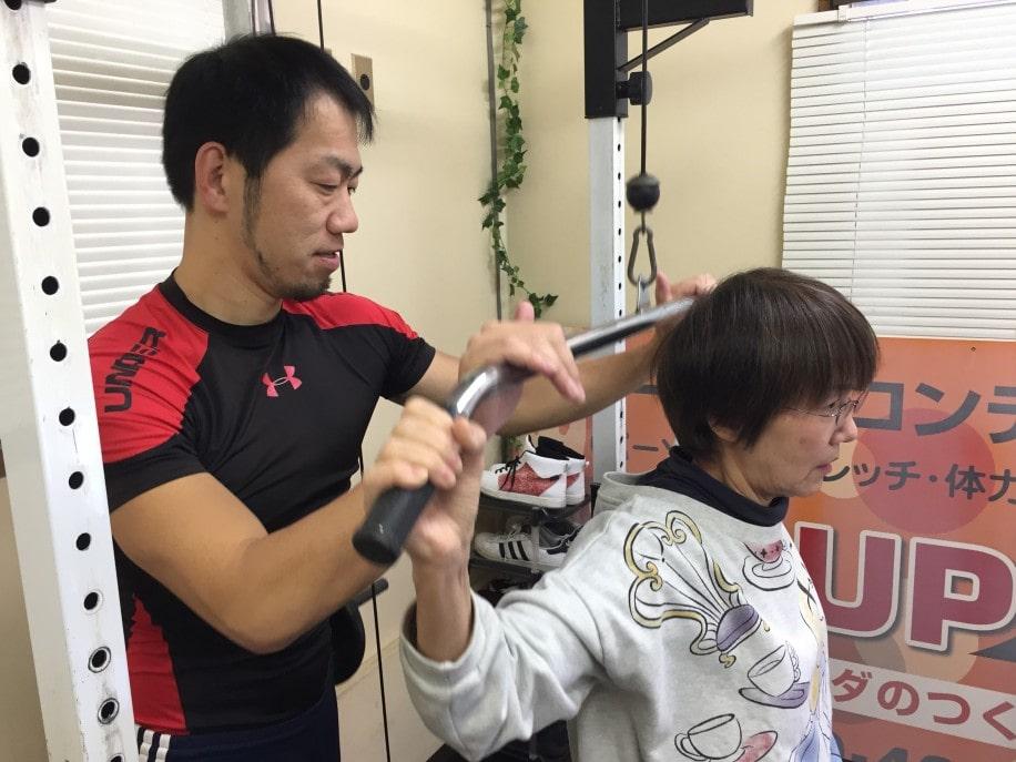 介護予防のトレーニングを指導する水田さん(左)