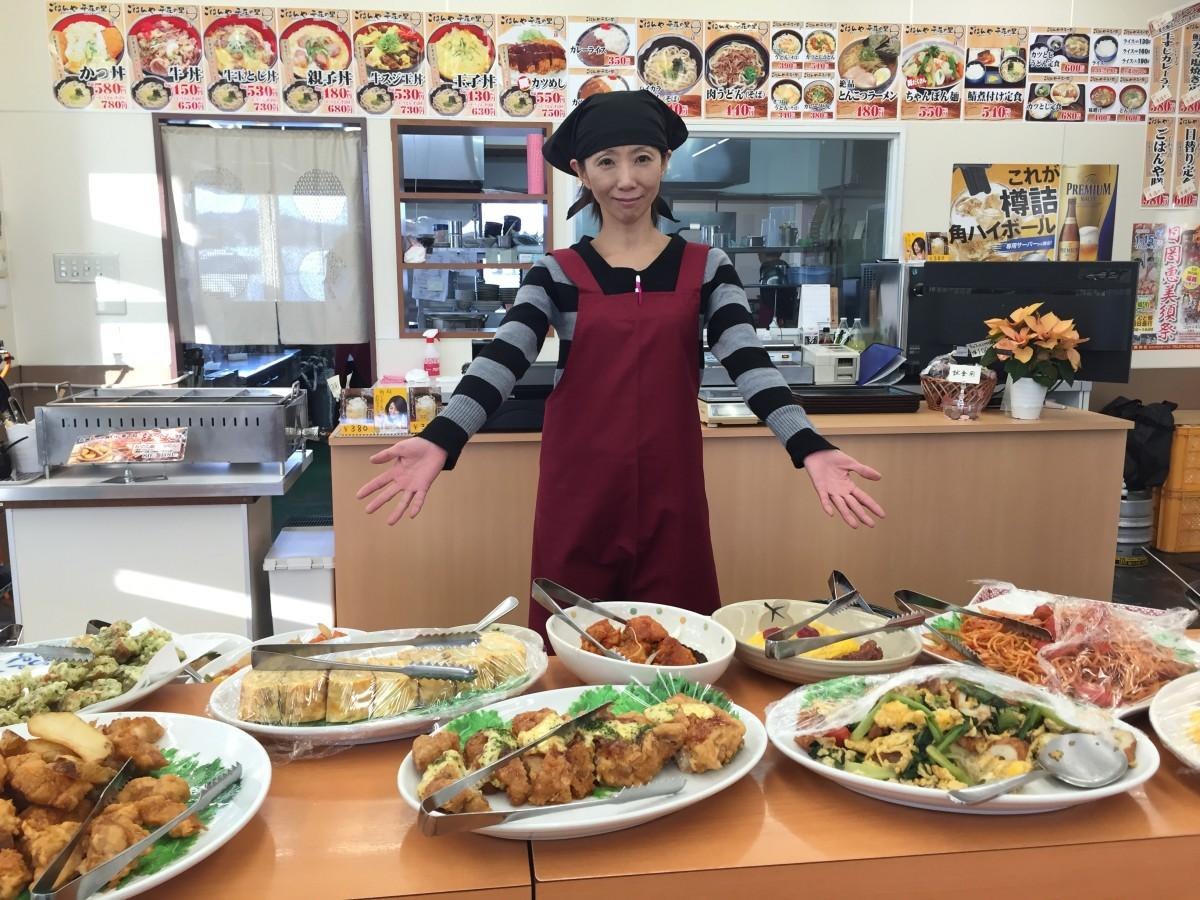 自慢の総菜をPRするスタッフの齋彰子さん