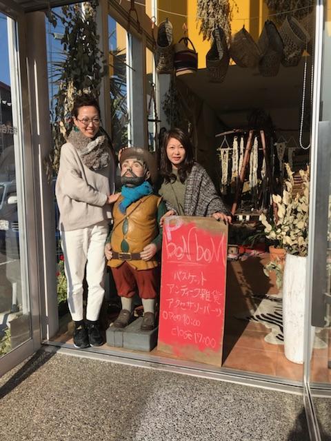 店の前に立つ右から柴田さん、人形のボンさん、武本さん