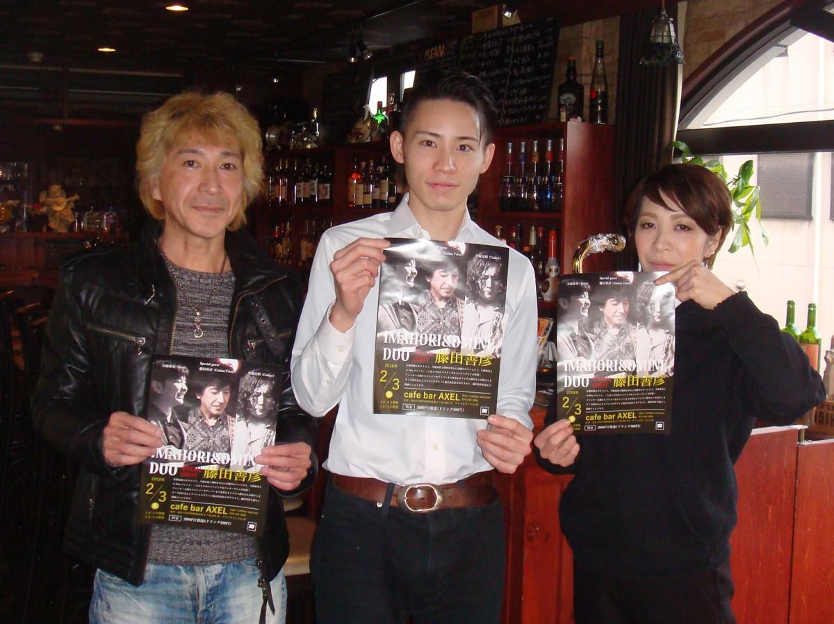 ライブをPRするギターボーカルの藤田さん(左)、スタッフの小田中さん、オーナーの日野さん(右)