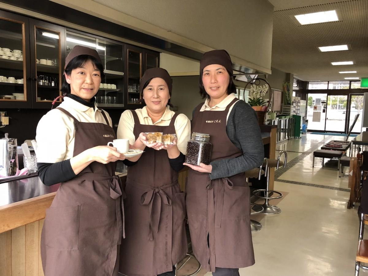 「有機茶房ごえん」のスタッフ。左から魚住麻利さん、西田優子さん、黒木亜野さん