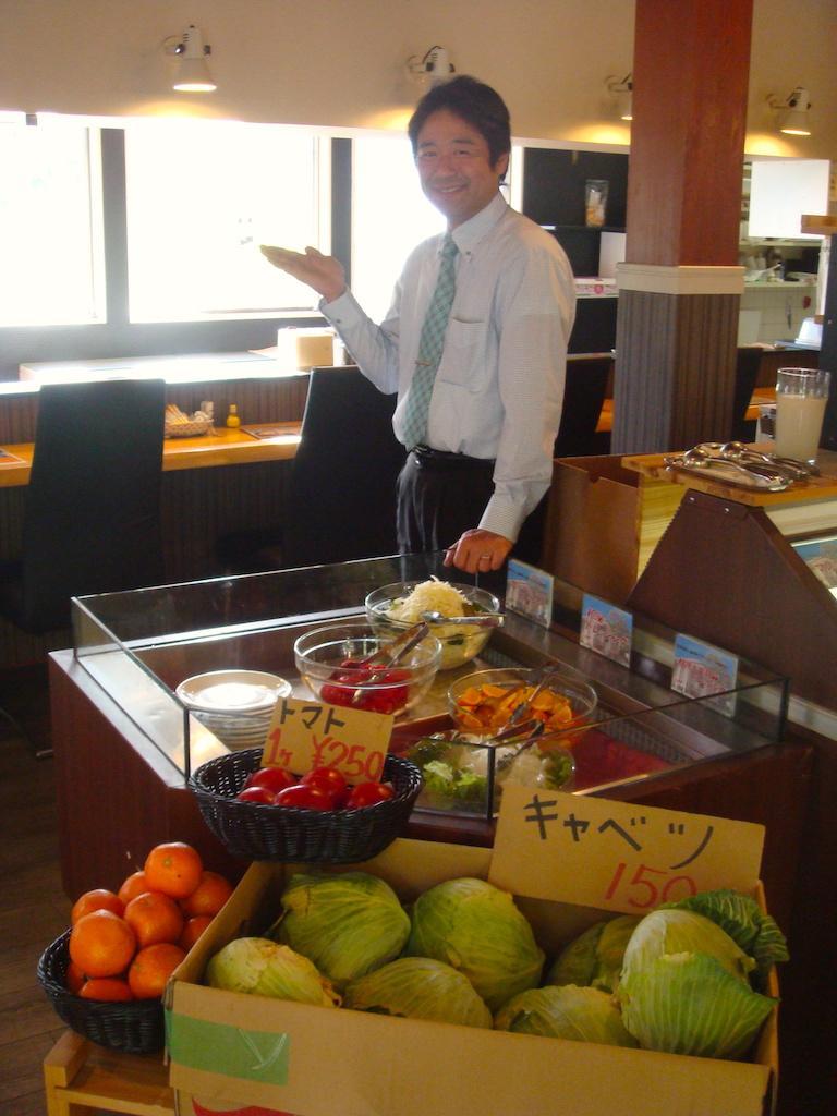 オーナーの田中さんと店内販売の野菜