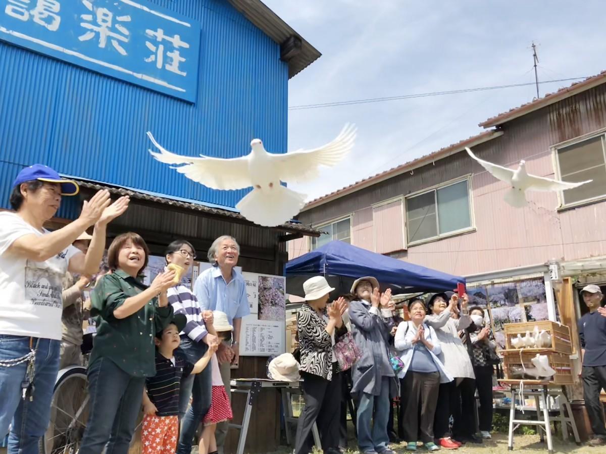 白ハトの放鳥で開館5周年を祝う様子